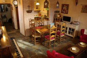 salon con piano 300x200 - salon con piano